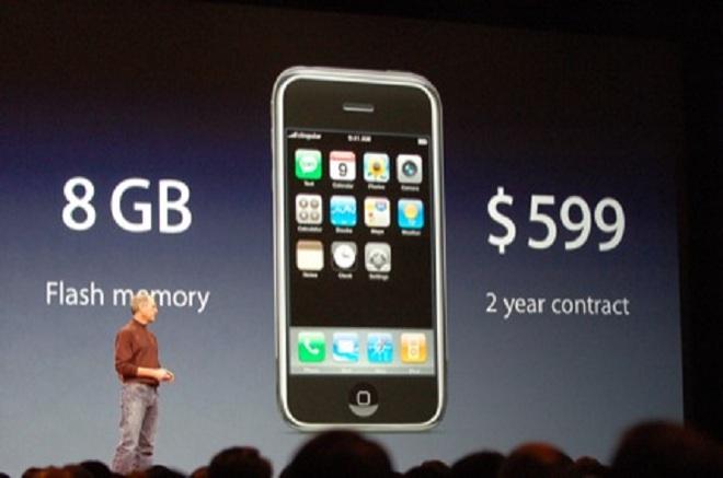 10 năm trước, iPhone chỉ có giá 600 USD khi đi kèm hợp đồng 2 năm. Bây giờ, iPhone X đã bị đội giá lên tới 1000 USD.