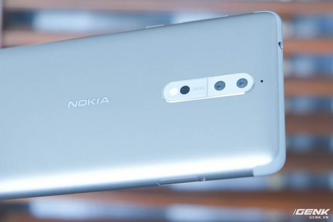 Một tính năng nổi bật trên Nokia 8 là cụm camera sử dụng ống kính đến từ Carl Zeiss. Nó bao gồm hai cảm biến 13MP, trong đó một cảm biến thu nhận màu và một cảm biến đơn sắc chỉ thu nhận ảnh đen trắng