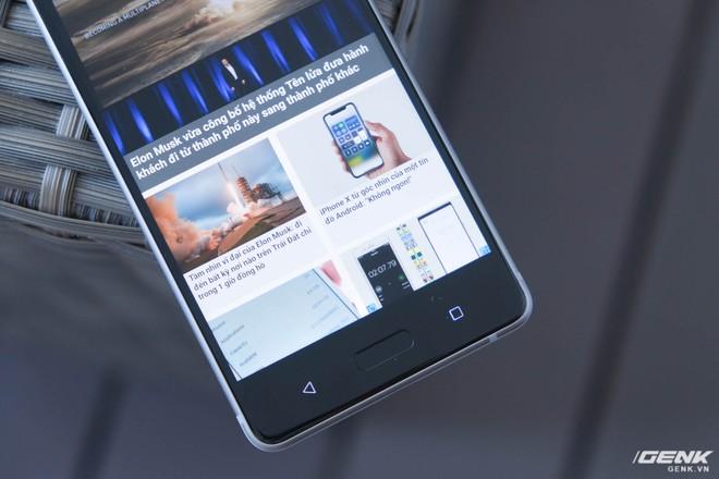 Máy cũng sử dụng cụm phím điều hướng vật lý cảm ứng, trong đó nút Home kiêm cảm biến vân tay. Đây tiếp tục là một lựa chọn đi ngược lại xu hướng của Nokia, khi nhiều nhà sản xuất Android khác đã tiến hành đưa phím điều hướng vào trong màn hình.