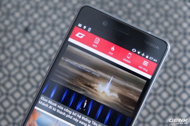 Đi ngược với xu thế viền màn hình siêu mỏng của nhiều smartphone cao cấp, Nokia 8 vẫn sở hữu viền màn hình khá dày