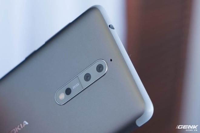 Nokia 8 là một trong những máy có dải anten nhựa dày nhất hiện nay. Một số người dùng có thể sẽ không thích điều này do sự thiếu hài hòa và tạo cảm giác không cao cấp