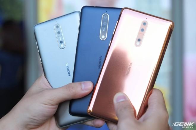 Nokia 8 phiên bản màu đồng (Polished Copper, ngoài cùng bên phải) sẽ không được bán chính hãng tại VN, còn lại hai phiên bản màu bạc, xanh dương nhám và xanh dương bóng (không có trong hình) sẽ có mặt trên thị trường từ ngày 16/10 với giá 12.99 triệu đồng