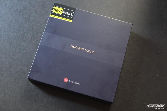 Hộp của Huawei Mate 10 với tông màu đen và logo của Leica