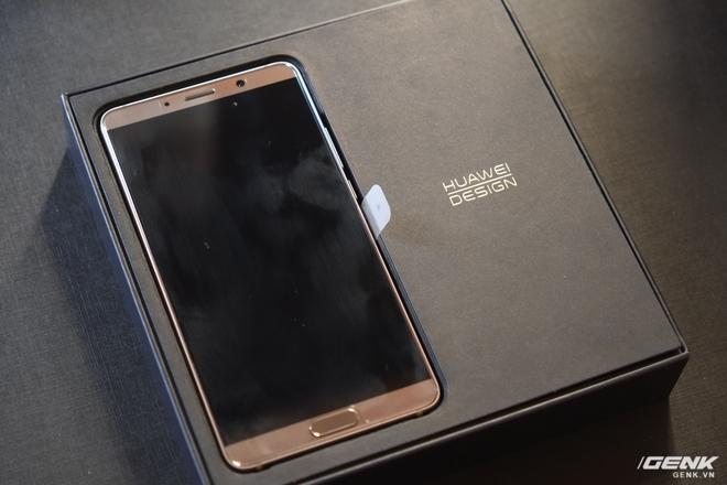 Khi người dùng mở hộp, họ sẽ thấy máy ở cạnh trái và dòng chữ Huawei Design (thiết kế Huawei) ở bên phải