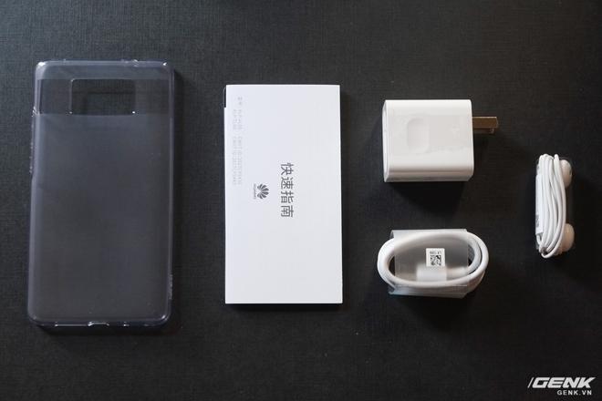 Đi kèm Mate 10 là củ sạc nhanh SuperCharge, cáp USB-C, tai nghe và ốp lưng