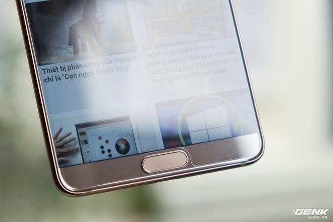 Phím bấm của Mate 10 là dạng cảm ứng, kiêm nhiệm vụ của cả ba phím điều hướng Android (chạm là back, giữ là quay về Home, vuốt là hiển thị màn hình đa nhiệm)