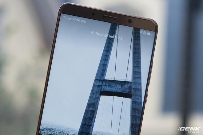 Viền màn hình hai bên trái/phải của máy cũng rất mỏng. Huawei đã làm rất tốt việc giảm thiểu kích thước viền màn hình.