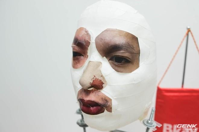 Từng chi tiết nhỏ như mắt, mũi và miệng đều được gắn lên khuôn mặt được in 3D.