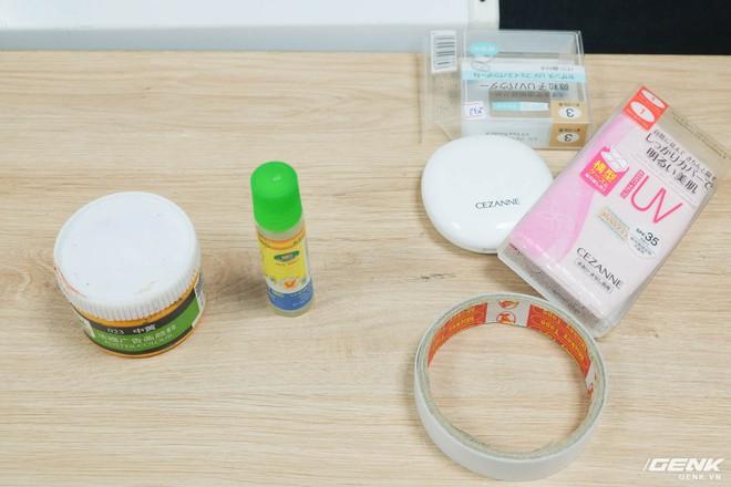 Hồ dán, băng dính và đồ trang điểm - Công cụ được sử dụng để tạo nên khuôn mặt giả.