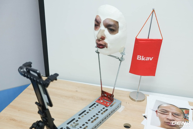 Khung treo khuôn mặt giả và iPhone X.
