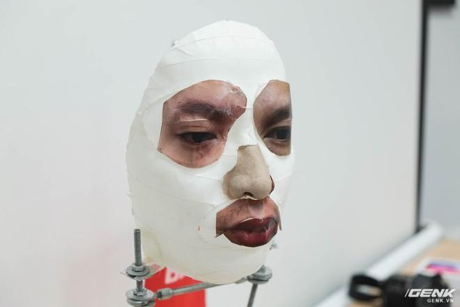 Khuôn mặt giả sau khi được ghép tất cả các bộ phận quan trọng.