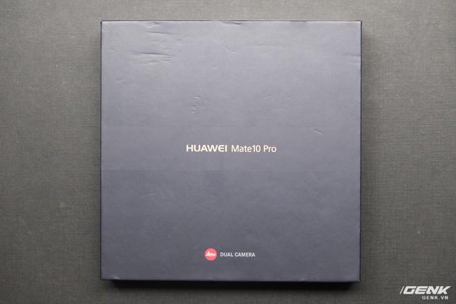 Hộp của Huawei Mate 10 Pro với logo Leica. Camera của Mate 10 Pro là kết quả của sự phối hợp giữa Huawei với Leica