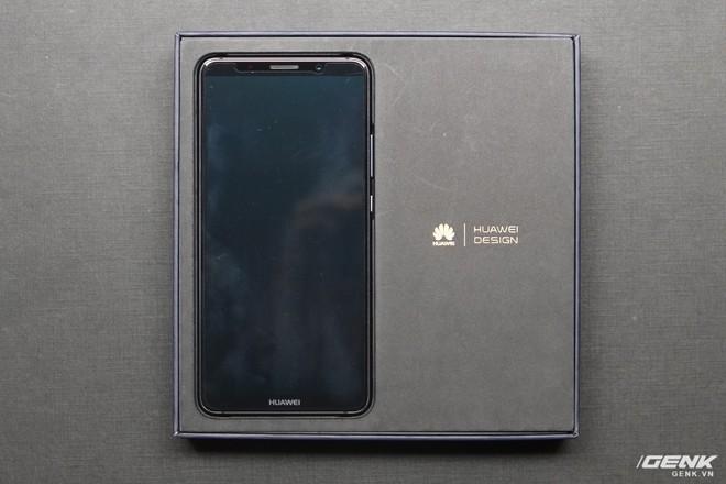 Chiếc Mate 10 Pro được đặt trong hộp, bên cạnh là dòng chữ Huawei Design (Thiết kế Huawei)