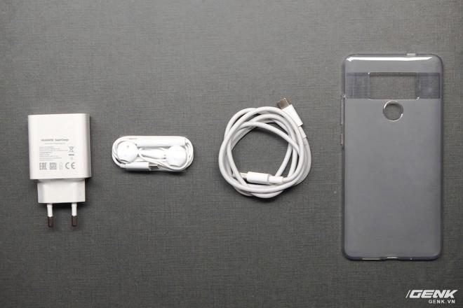 Phụ kiện của máy gồm củ sạc SuperCharge, dây cáp USB-C, tai nghe chuẩn USB-C và ốp lưng
