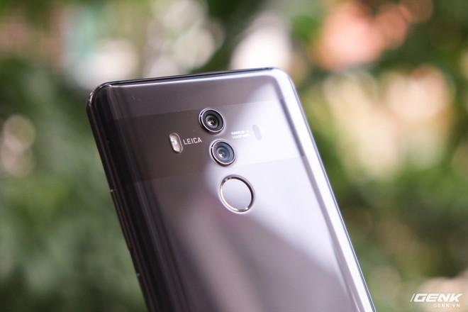 Cách thức bố trí cụm camera kép của Mate 10 Pro là hệt như Mate 10 với hai ống kính được đặt dọc