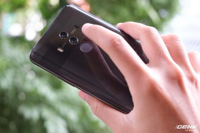 Điểm khác biệt duy nhất ở mặt lưng Mate 10 Pro là sự có mặt của cảm biến vân tay. Vị trí đặt cảm biến vân tay của máy khá thuận tiện để ngón tay người dùng tiếp cận và mở khóa
