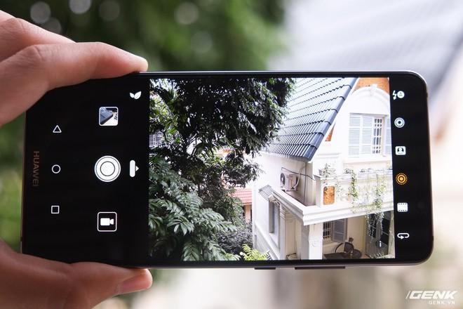 Camera là một điểm nhấn trên Mate 10 Pro. Nó bao gồm một cảm biến 12MP với khả năng chụp ảnh màu và một cảm biến 20MP chỉ chụp đen trắng, đều đi kèm ống kính f/1.6. DxOMark đánh giá camera của Mate 10 và Mate 10 Pro đạt 97 điểm, gần như cao nhất hiện nay (Pixel 2/2XL đang dẫn đầu với 98 điểm)