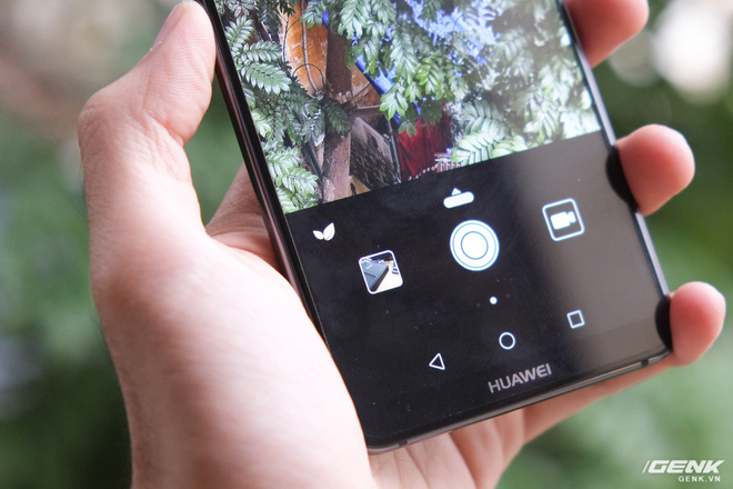 Tuy nhiên, tính năng được Huawei nhấn mạnh nhất ở camera này là trí thông minh nhân tạo. Ví dụ, khi người dùng chụp cây cỏ, sẽ có một biểu tượng chiếc lá hiện ra cho thấy AI đã nhận ra khung hình và sẽ tối ưu thuật toán xử lý để đem đến một bức ảnh đẹp nhất