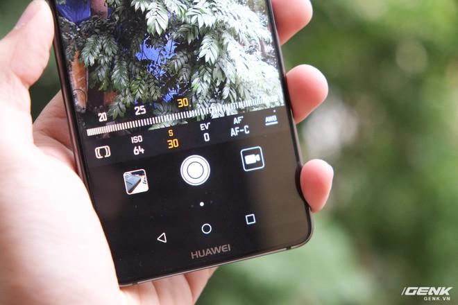 Camera của Mate 10 Pro còn có nhiều tính năng hấp dẫn khác như chỉnh tay (hỗ trợ phơi sáng đến 30s), chụp ảnh đen trắng, xóa phông...