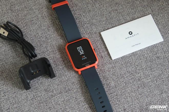 Bên trong hộp gồm đồng hồ (gẵn sẵn dây đeo), đế sạc và sách HDSD bằng tiếng Anh