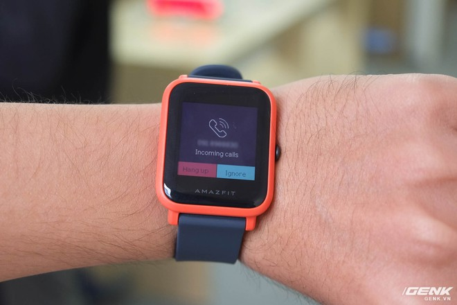 Chiếc smartwatch này có khả năng thông báo cuộc gọi (thông qua bộ rung). Tuy nhiên do không có mic và loa ngoài, vậy nên người dùng sẽ không thể nhận/thực hiện cuộc gọi trực tiếp mà vẫn phải dùng smartphone