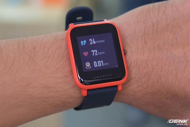 Một số tính năng theo dõi sức khỏe có thể kể đến đếm bước chân, tính quãng đường đi được và đo nhịp tim. Amazfit Bip cũng có chế độ riêng khi người dùng bắt đầu tập luyện