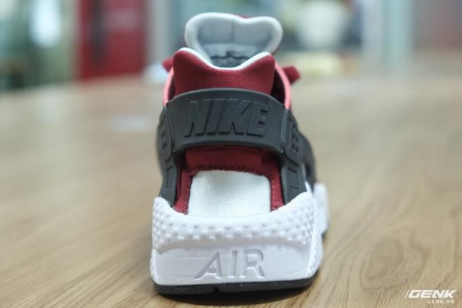 Một trong những chi tiết quan trọng, tạo nên sự độc đáo cho Air Huarache chính là bộ khung ổn định gót (heel-cage) bằng nhựa mềm thay vì lớp nhựa cứng lồng bên trong gót (heel-notch) như các mẫu giày khác