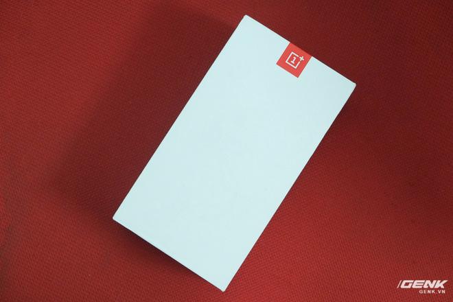 Hộp của OnePlus 5 có thiết kế đơn giản với logo OnePlus màu đỏ và số 5 được in chìm màu trắng, trùng với màu của hộp, khá khó để thấy trong ảnh
