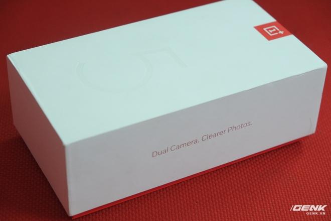 Ở cạnh hộp là dòng chữ Dual Camera. Clearer Photos (Camera kép. Ảnh rõ nét hơn). Camera kép là một tính năng được OnePlus nhấn mạnh rất nhiều trên chiếc máy này.