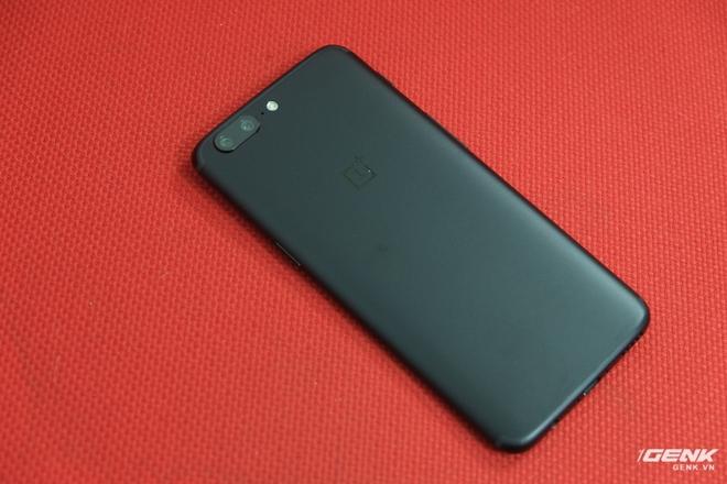 Đây là nhân vật chính của chúng ta, chiếc OnePlus 5. Trên chiếc máy này, OnePlus đã tiến hành phân biệt màu sắc qua dung lượng RAM, cụ thể hơn là phiên bản màu xám sẽ có RAM 6GB, còn màu đen sẽ có RAM 8GB. Đây là phiên bản RAM 8GB, vậy nên nó sẽ có màu đen.