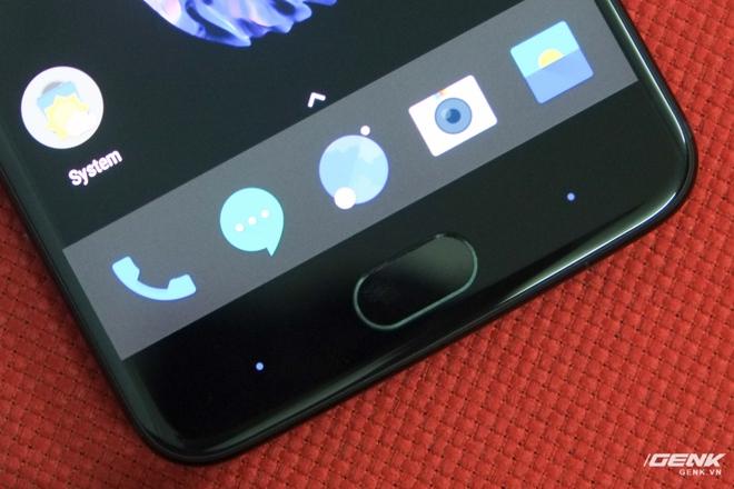 Ở hai bên là nút Back và Đa nhiệm cảm ứng. Nếu người dùng không thích sử dụng các nút điều hướng này, OnePlus 5 cũng có tùy chọn vô hiệu hóa chúng để sử dụng phím điều hướng trong màn hình.