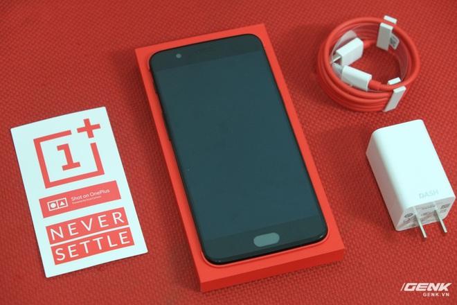 Phụ kiện đi kèm máy bao gồm củ sạc, dây cáp USB-C màu đỏ và một vài sticker để người dùng có thể bóc ra và dán vào đâu đó. Ngoài ra máy còn đi kèm một vài tờ giấy HDSD và que chọc SIM (không có trong ảnh)