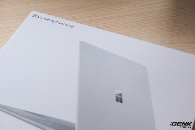 Hộp của Surface Laptop rất giống với Surface Pro, khi chỉ có hình ảnh của máy và tên gọi sản phẩm ở mặt trước