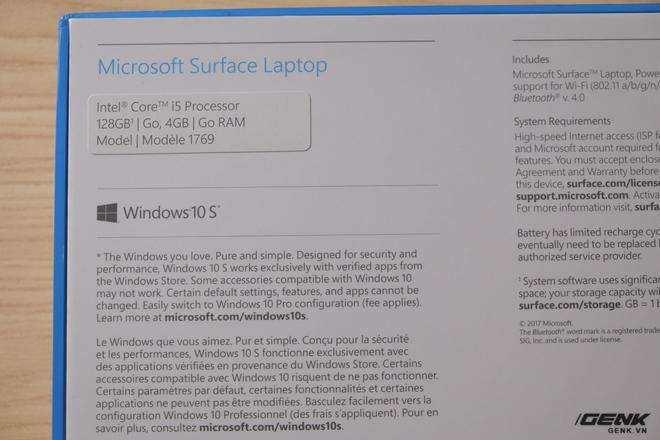 Đằng sau là một vài thông tin về sản phẩm. Chiếc máy mà chúng tôi mở hộp sở hữu chip Intel Core i5, RAM 4GB, SSD 128GB và chạy Windows 10 S. Đây là phiên bản rẻ nhất của Surface Laptop, có giá 999 USD.
