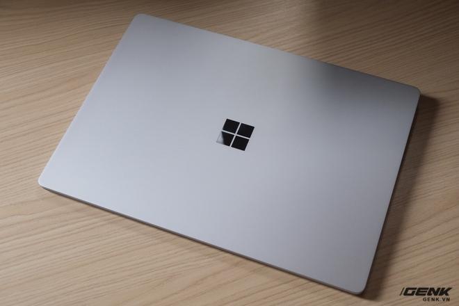 Đây là chiếc Surface Laptop phiên bản màu bạc. Vỏ ngoài của máy được làm hoàn toàn bằng chất liệu nhôm