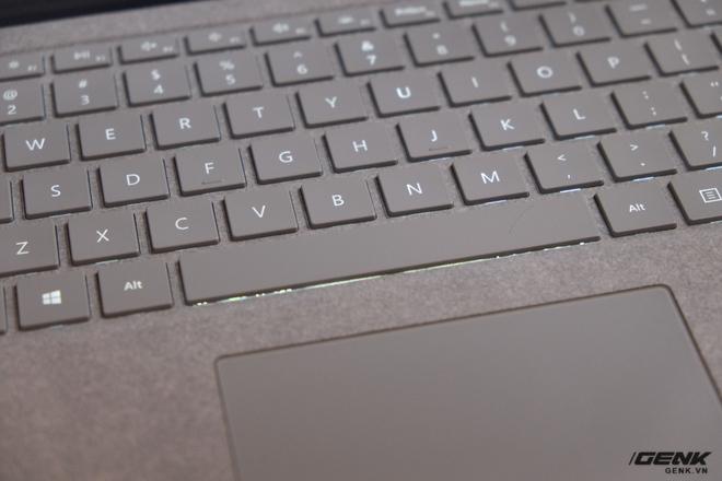 Bàn phím của Surface Laptop cho cảm giác gõ rất tốt với hành trình phím dài và phím gõ nẩy