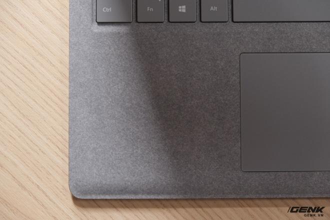 Khung bàn phím của Surface Laptop thay vì được làm bằng nhôm thì lại được làm bằng chất liệu vải Alcantara độc đáo. Đặt tay lên lớp vải này cho cảm giác rất mịn, tuy nhiên độ bền trong quá trình sử dụng lâu dài của chất liệu này vẫn là một điều khiến chúng tôi lo lắng