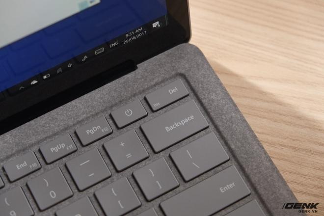 Một điểm kỳ lạ của bàn phím Surface Laptop là nút nguồn không được đặt ở góc mà là ở bên trái nút Delete. Có lẽ Microsoft làm như vậy để tránh người dùng bấm nhầm.