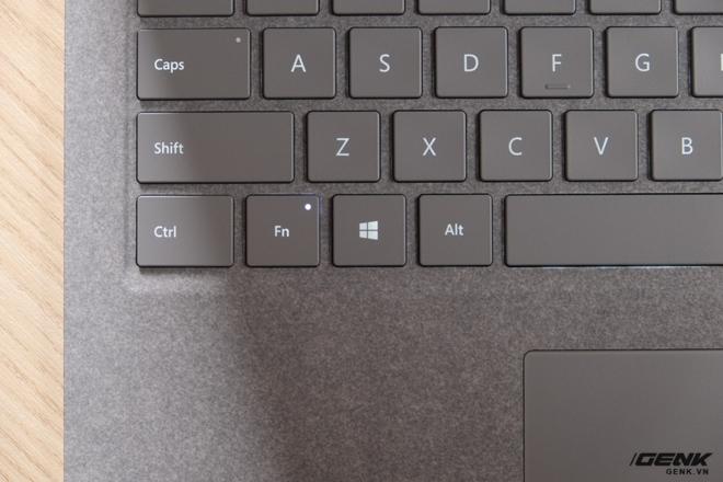 Phím Fn cũng là một đặc điểm khá hay của Surface Laptop. Mặc định, khi bấm các phím F1-F12, máy sẽ thực hiện các tác vụ như tăng giảm độ sáng màn hình/âm lượng, chuyển bài hát... Tuy nhiên nếu như bật phím Fn (đèn sáng) thì các phím này sẽ chuyển sang F1-F12 như bình thường. Điều này sẽ giúp người dùng tiết kiệm công sức hơn, so với việc phải giữ tổ hợp phím như ở các loại laptop khác (ví dụ như phải dùng tổ hợp phím Fn + F1 để kích hoạt phím F1)