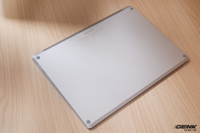 Mặt đáy của Surface Laptop