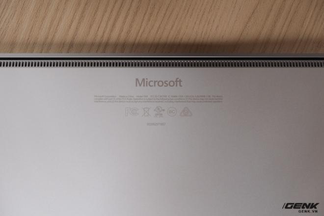 Microsoft đặt khe tản nhiệt ở gần bản lề. Khác với Surface Pro phiên bản Core i5 không sử dụng quạt, thì Surface Laptop vẫn có quạt ở bên trong