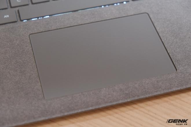 Trackpad của máy có kích thước khá lớn và được phủ một lớp kính