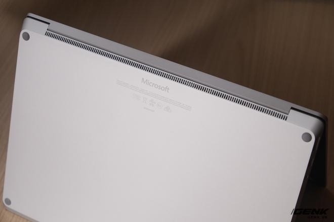 Nếu như ở một số laptop hiện nay tuy có vỏ bằng kim loại nhưng bản lề lại được làm bằng nhựa (để thu sóng Wi-Fi và Bluetooth), thì phần bản lề của Surface Laptop cũng được làm bằng nhôm, giúp đem lại cho máy chất lượng hoàn thiện cứng cáp, liền mạch và cảm giác cao cấp hơn