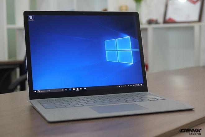 Surface Laptop sở hữu một thiết kế cao cấp, màn hình đẹp và quan trọng nhất là thương hiệu Microsoft uy tín. Tuy nhiên, cấu hình không cao so với tầm giá sẽ khiến cho người dùng cảm thấy kém bị hấp dẫn bởi chiếc máy này