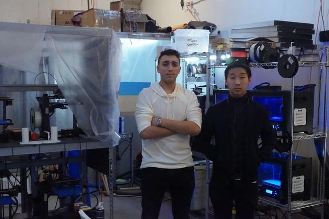 Weiss (trái) và Maman (phải) trong phòng thí nghiệm máy in 3D ở Brooklyn, NY