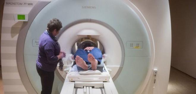 Một học viên được đào thị giác đang kiểm tra não với máy cộng hưởng từ