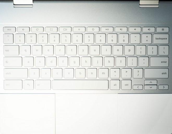 Phần kê tay trên Pixelbook được phủ một lớp silicon, đem lại cảm giác mềm mại và dễ chịu chứ không lạnh và cấn tay như kim loại. Bàn phím của máy rất giống với bàn phím của mẫu MacBook Pro mới