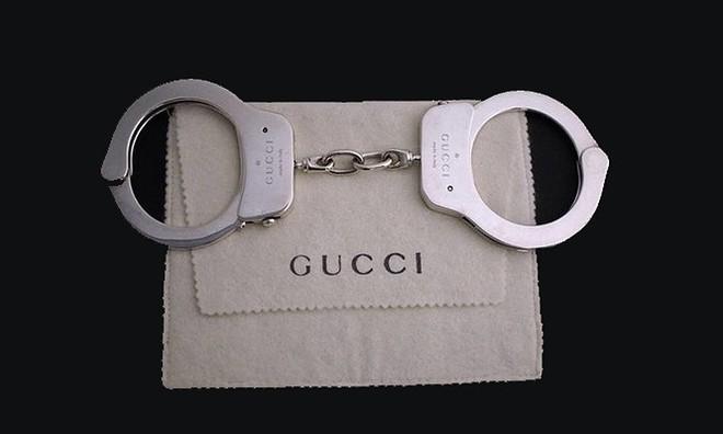 Gần 1,5 tỷ đồng là cái giá phải trả để sở hữu chiếc còng tay bằng bạc của Gucci - Ảnh 1.