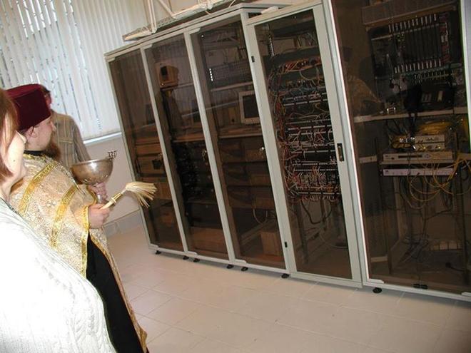 Nước thánh là thứ được dùng nhiều để vảy vào những đồ điện tử này.