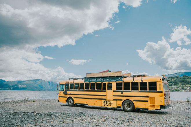 Nomad - Chiếc xe bus trường học sơn vàng quen thuộc trong văn hóa Mỹ được hô biến thành một khách sạn mini với đầy đủ tiện nghi